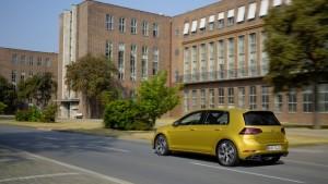 2017-volkswagen-golf-r-line-2